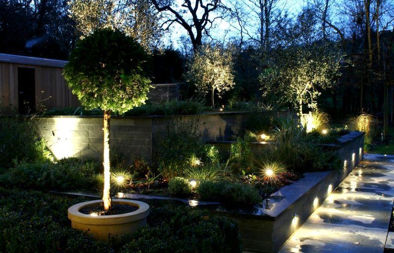 Външни осветителни тела, подходящи за градината, позволяват ефективно да се подчертае красотата на земята и възможността да се насладите на една красива гледка през нощта.
